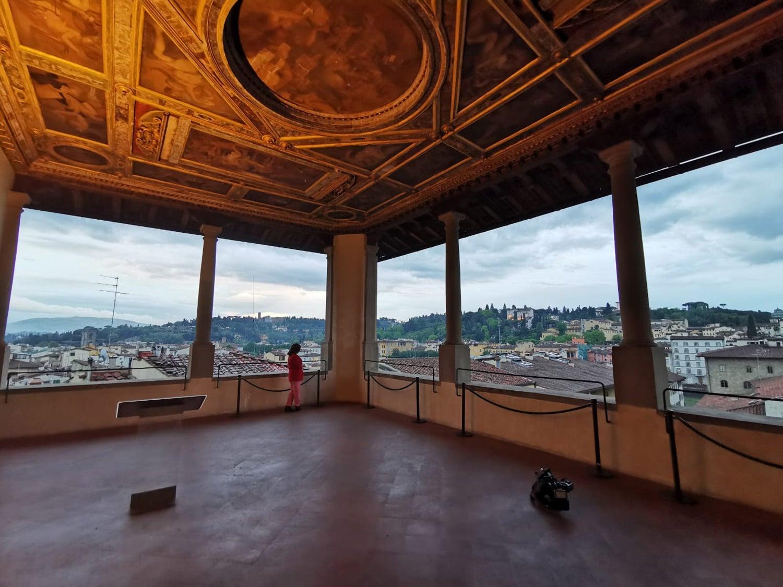 A varanda do Palazzo Vecchio ao entardecer. A jornalista Raquel Morão Lopes ao fundo, depois de gravar a última peça para o Europa Minha. Fonte: PMG