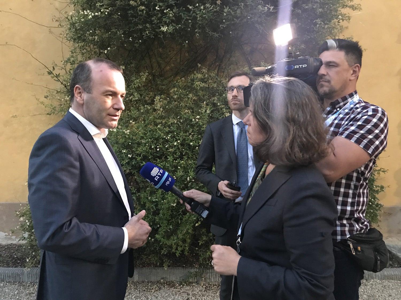 Rebecca Abecassis e Tiago Passos entrevistam Manfred Weber, o candidato do Partido Popular Europeu (PPE). Fonte: RTP Europa