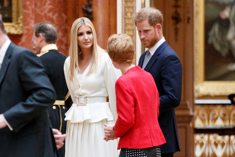 Ivanka Trump com o Príncipe Harry durante a visita à residência real /Tolga Akmen - Reuters