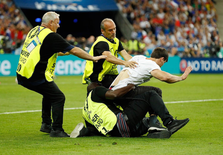 Invasão de campo no Euro 2016 em França /John Sibley - Livepic via Reuters
