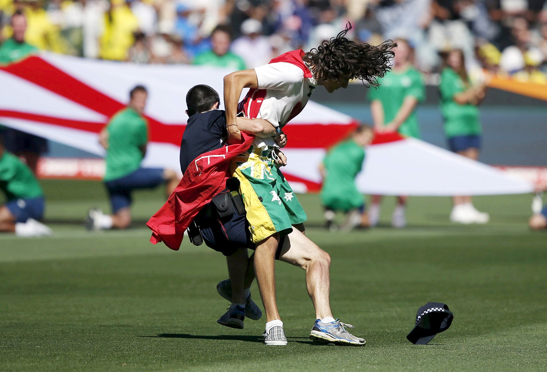 Um manifestante antes do início do Mundial de Cricket entre a Austrália e a Nova Zelândia em 2015 /Jason Reed - Reuters