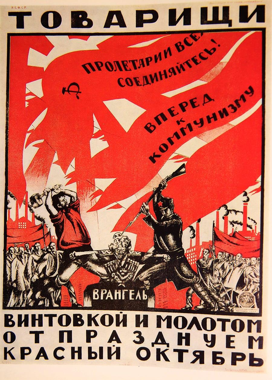 """""""Camaradas! Com a espingarda e o martelo comemoramos o Outubro vermelho"""". Dmitri Moor, 1920"""