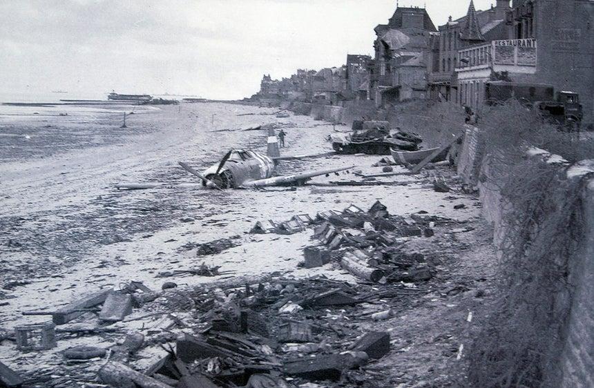 Caça norte-americano abatido sobre a praia de Juno /Reuters