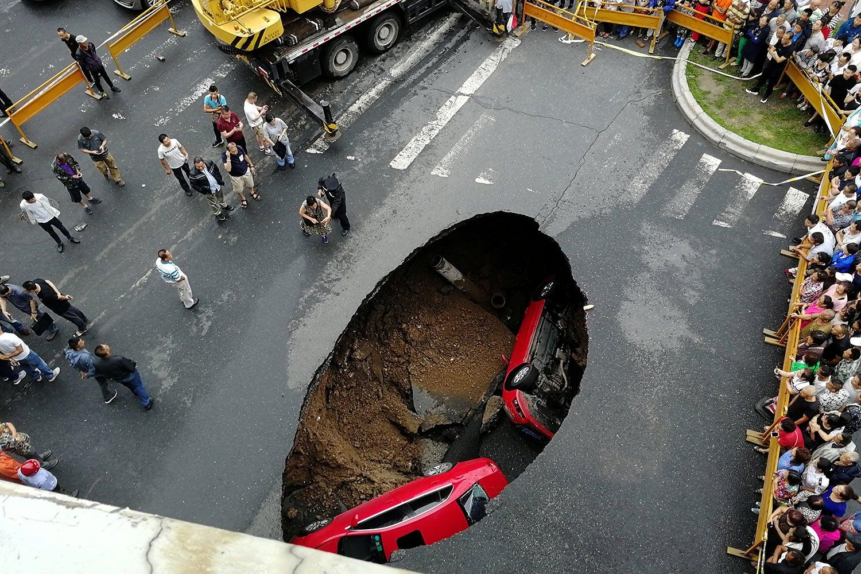 Estrada na China colapsou e engoliu dois carros /China Stringer Network - Reuters