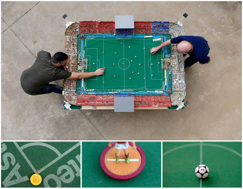 O futebol também pode ser jogado na mesa. É o caso desta foto onde se vê dois homens a jogar em Roma, capital italiana. Foto: Alessandro Bianchi - Reuters
