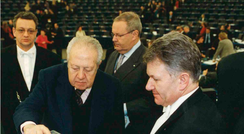 Carlos Cordeiro a acompanhar Mário Soares na votação para a Presidência do Parlamento Europeu em 1999 / Fonte: Arquivo Pessoal