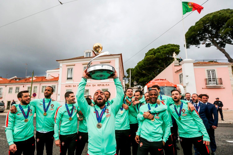 Tinha razão, Ricardinho, para fazer ginásio, tantas vezes que teve de erguer o troféu. (Foto: Nuno Fox - Lusa)