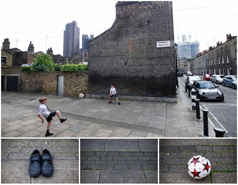 Uma bola e uma baliza desenhada nas paredes de um prédio bastam para duas crianças brincarem nas ruas de Londres, no Reino Unido. Foto: Henry Nicholls - Reuters