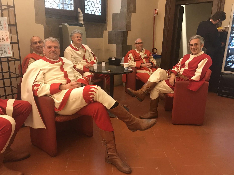 """Os """"Gonfalone"""", um grupo musical que preserva as tradições florentinas, descansa antes da atuação no final do evento. Fonte: RTP Europa"""