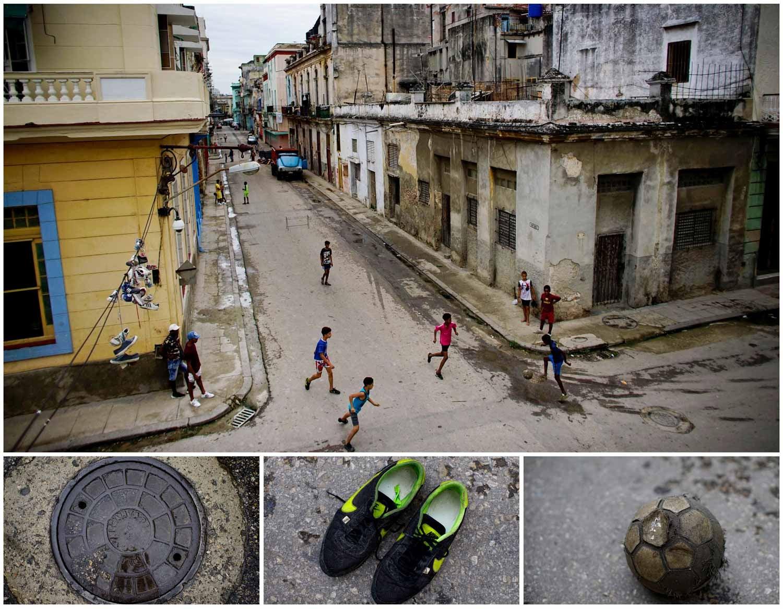 No meio das ruas de Havana, em Cuba, um grupo de crianças joga futebol. Foto: Alexandre Meneghini - Reuters