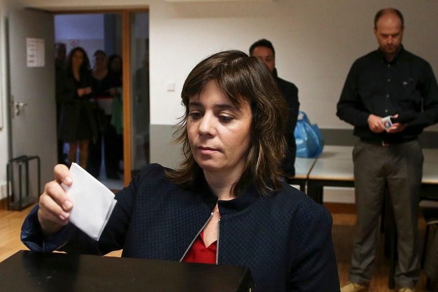 Catarina Martins esteve vários minutos à espera para votar, na escola Almeida Garrett, em Gaia.
