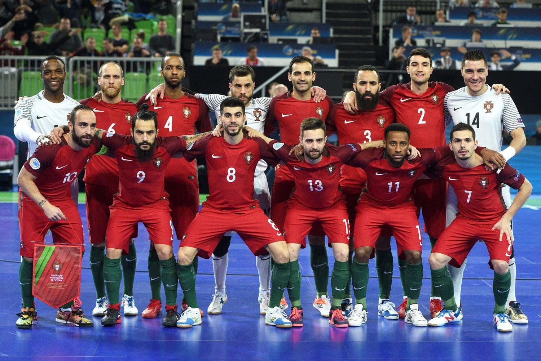 Futsal é cinco contra cinco, mas a equipa são catorze. E, fora da quadra, muitos mais. (Foto: Igor Kupljenik - EPA)