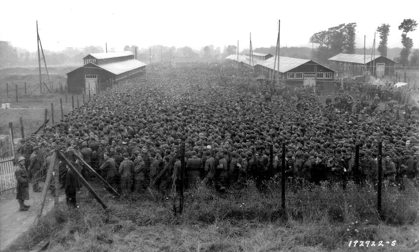 Prisioneiros alemães à guarda do exército americano num campo em Nonant-le-Pin /Reuters