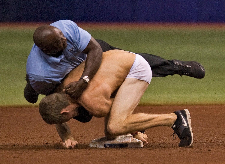 O invasor tentou roubar a segunda base do campo de basebol em 2013 /Steve Nesius Reuters