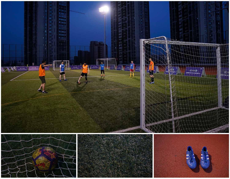 A combinação de fotografias mostra um grupo de homens a jogar futebol num campo aberto em Xangai, na China. Foto: Aly Song - Reuters