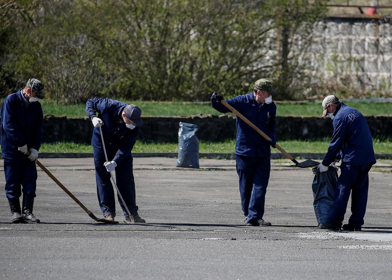 Limpeza exterior de poeiras radioativas/ Gleb Garanich - Reuters
