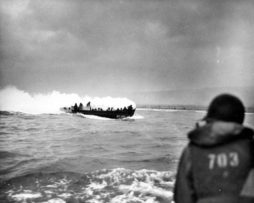 A lancha de desembarque do navio USS Samuel Chase, aproxima-se da praia Omaha. A embarcação foi atingida por uma granada do exército alemão /Reuters