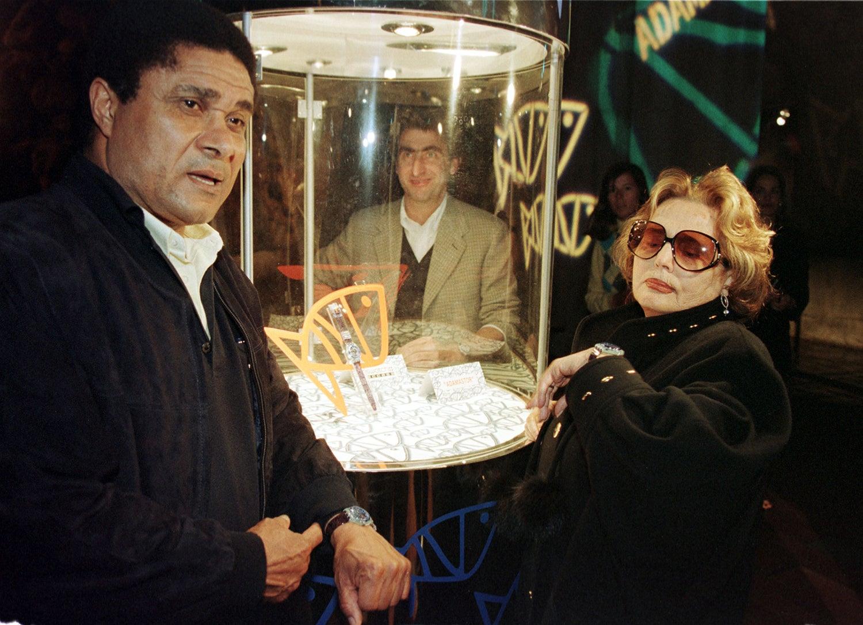 Eusébio e Amália apresentaram a edição do relógio Swatch Adamastor que continha um micro-chip que funcionava como bilhete eletrónico para entrar na Expo /Foto: José Manuel Ribeiro - Reuters