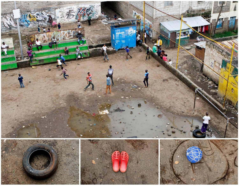 Um espaço coberto de lama nas favelas de Naióribi, no Quénia, é o local possível para um grupo de crianças jogar futebol. Foto: Njeri Mwangi - Reuters