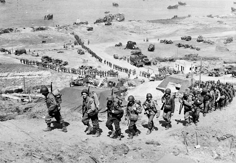 Reforços americanos a chegar à praia de Omaha depois de ter sido conquistada /Reuters