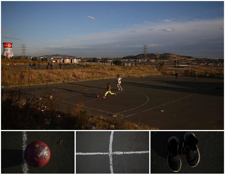 Na cidade de Soweto, na África do Sul, um grupo de crianças joga futebol. Foto: Siphiwe Sibeko - Reuters