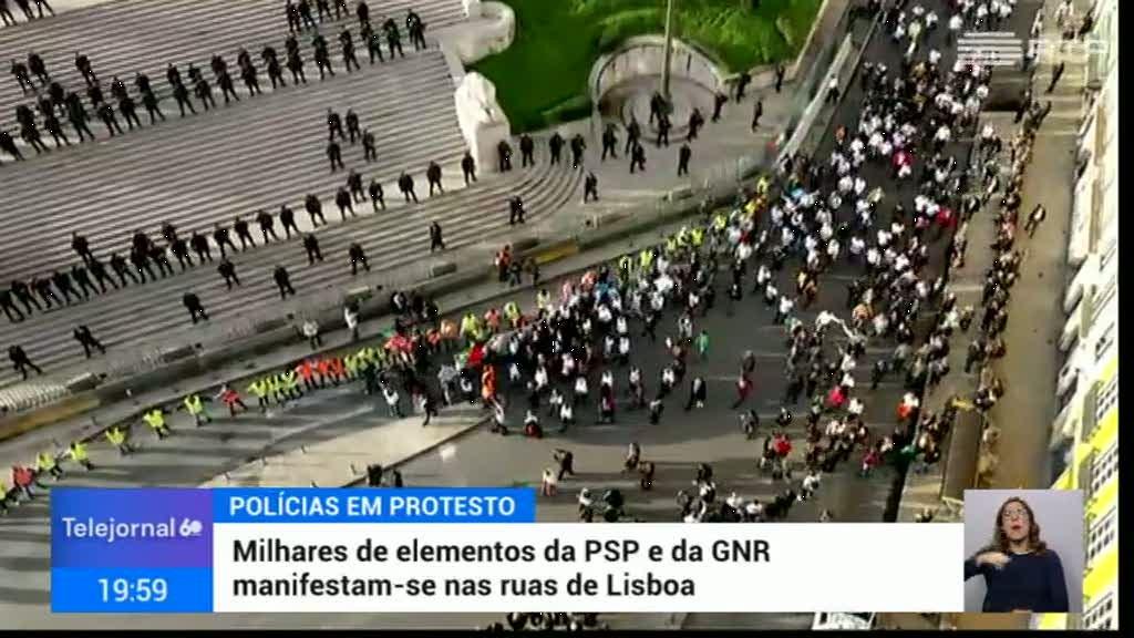 Polícias protestaram de costas voltadas para o parlamento