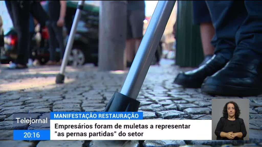 """Manifestação. Empresários levaram muletas para representar """"pernas partidas"""" da restauração"""