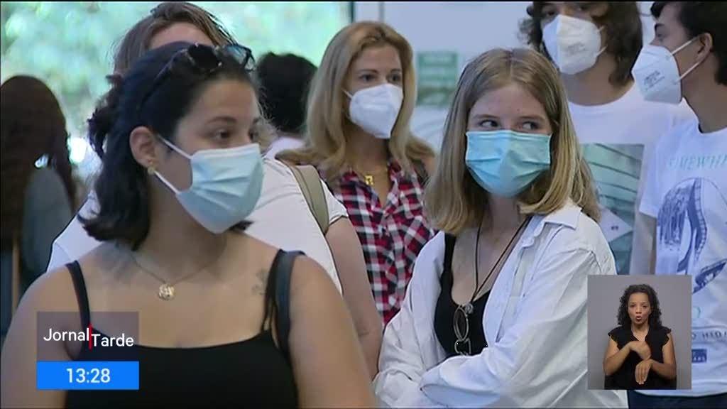 """Vacinação dos jovens. Pediatras falam em diretivas """"duvidosas e pantanosas"""""""