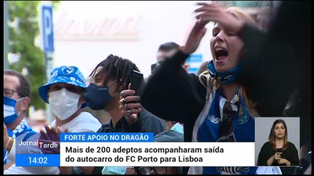 Mais de 200 adeptos acompanharam saída do autocarro do FC Porto