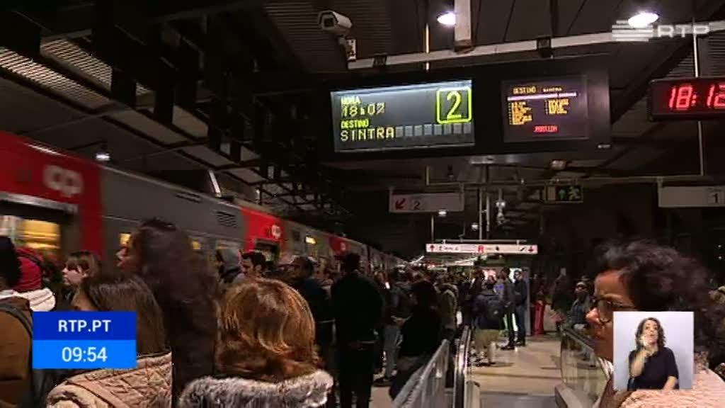 Caos na Linha de Sintra com comboios atrasados, suprimidos e sobrelotados - RTP