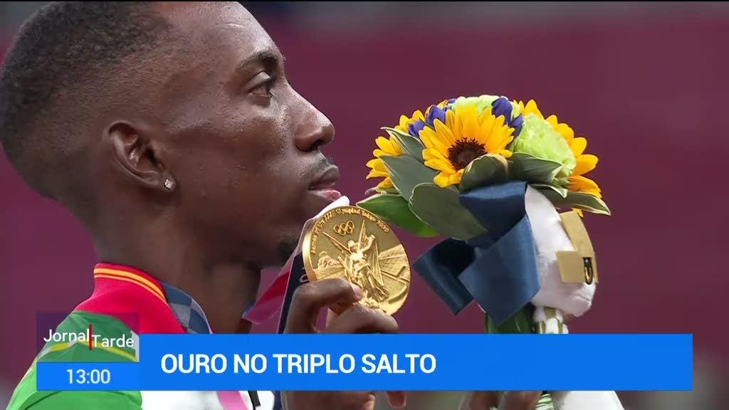 O momento em que Pedro Pichardo recebe a medalha de ouro