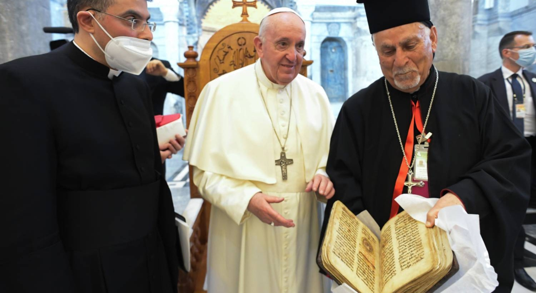 Qaraqosh. Syriac Catholic Church of the Immaculate Conception (al-Tahira-l-Kubra). Papa devolve a Sidra, o livro sagrado da comunidade cristã local | Vatican Media - EPA