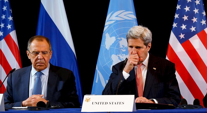 Os responsáveis pelas diplomacias da Rússia, Sergei Lavrov, e dos EUA, John Kerry, lado a lado na conferência que terminou com um acordo de cessar-fogo na Síria
