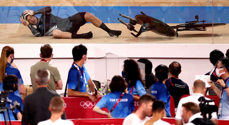 A reação à queda do atleta neozelandês, na prova de ciclismo de pista.   Foto: Kacper Pempel - Reuters