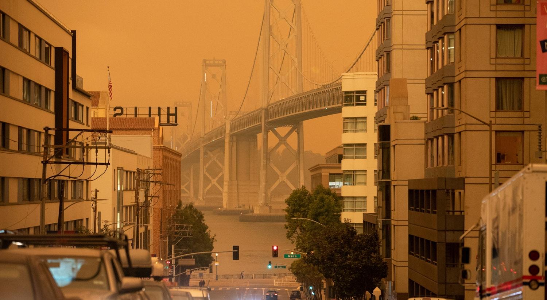 A Bay Bridge é vista sob um céu alaranjado escurecido pelo fumo dos incêndios florestais da Califórnia em São Francisco. | Stephen Lam/Reuters