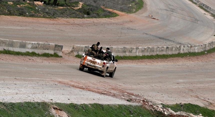 Uma carrinha com combatentes numa auto-estrada de Idlib, Síria, em direção a Saraqeb, dia 28 de fevereiro de 2020
