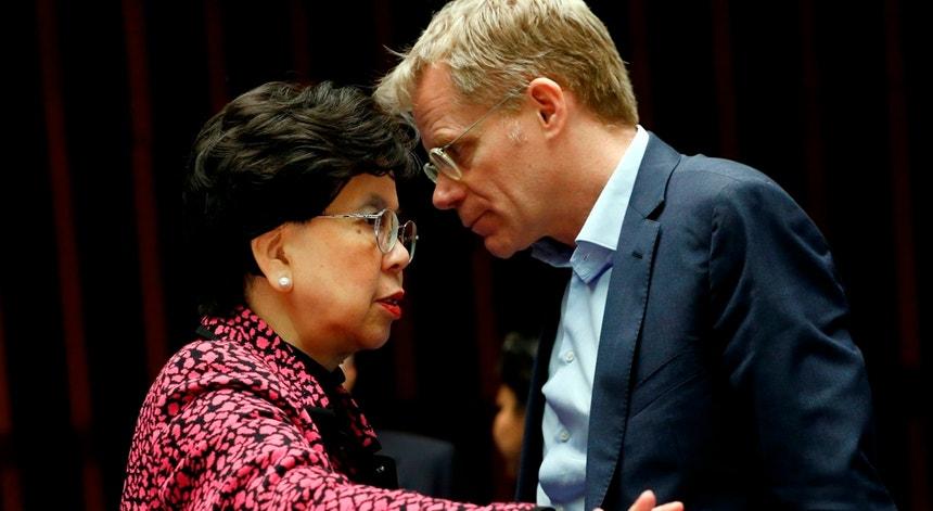 A diretora-geral da OMS, Margaret Chan, conversa com o vice-diretor para Emergências da organização, Bruce Aylward