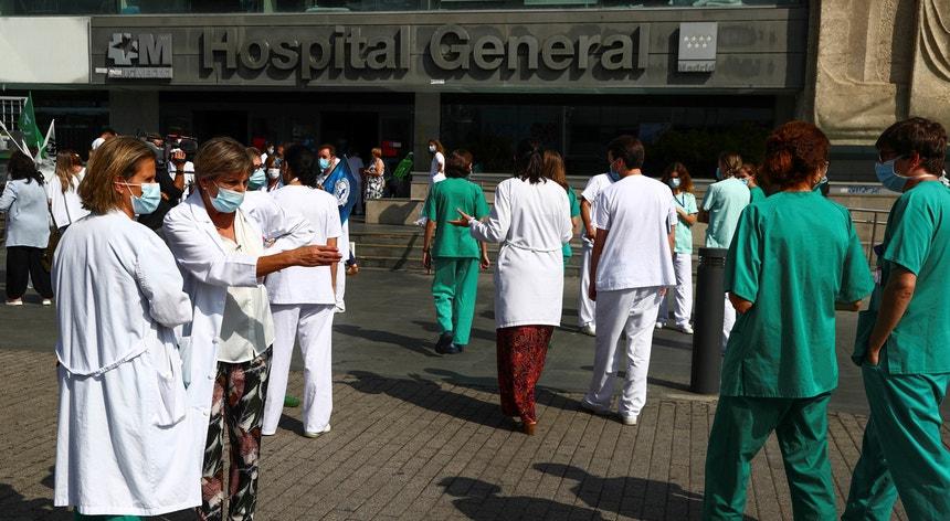 Os profissionais de saúde de Madrid ameaçam com uma greve por tempo indeterminado. Há protestos e concentrações frente aos hospitais da capital espanhola