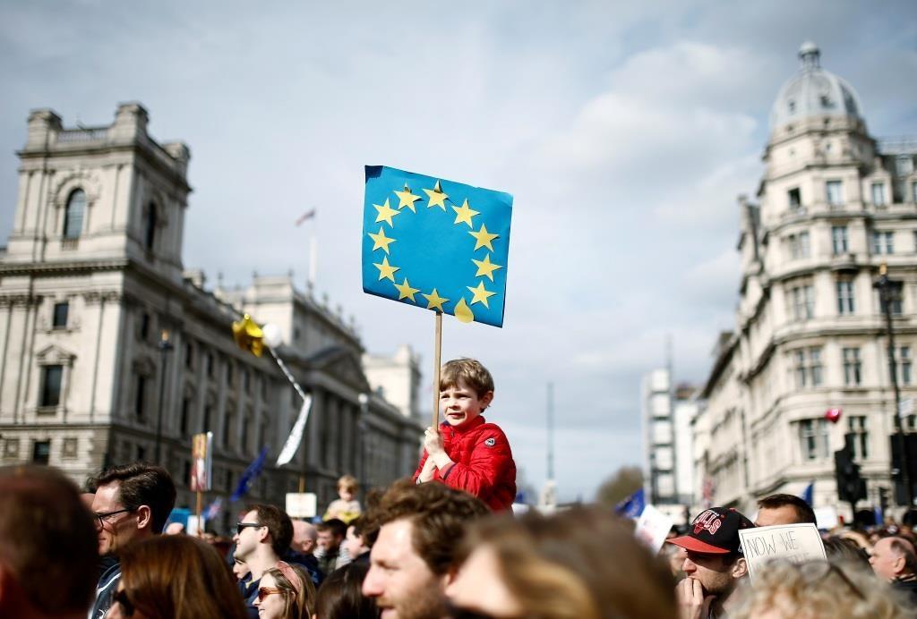 Apoiantes da permanência na UE apelam ao governo para voltar a dar aos britânicos um novo referendo sobre o acordo final Brexit. 23 Março 2019. REUTERS/Henry Nicholls