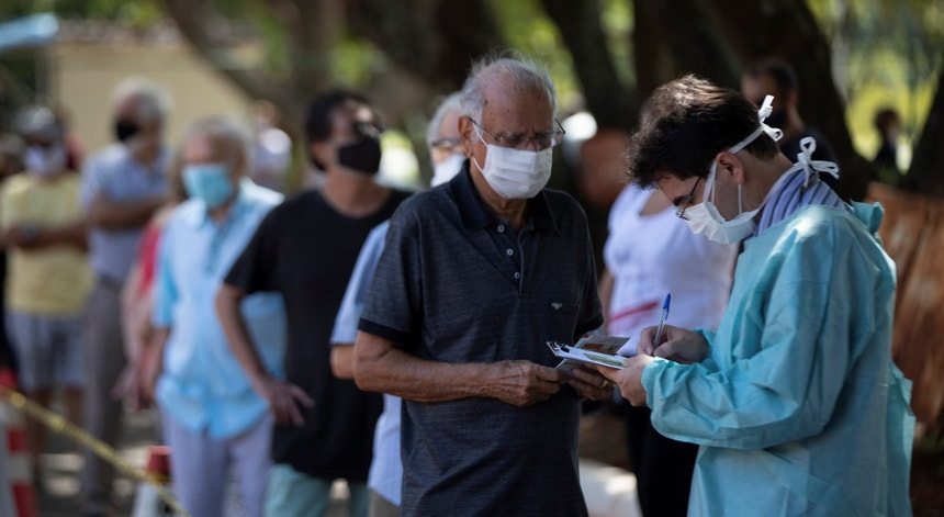Rastrear e vacinar em massa é o desafio do Brasil no presente e futuro próximo