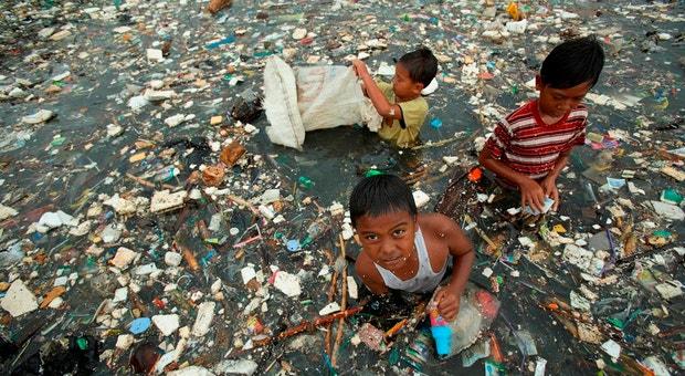 Crianças recolhem lixo de uma zona aquática em Jakarta - Indonésia