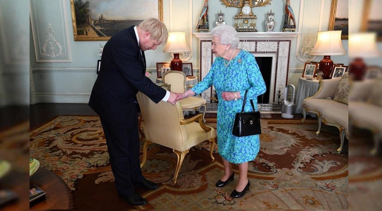 A Rainha Isabel II dá as boas-vindas a Boris Johnson durante uma audiência no Palácio de Buckingham, onde o reconheceu oficialmente como o novo primeiro-ministro britânico. 24 julho 2019. Victoria Jones/Pool via REUTERS