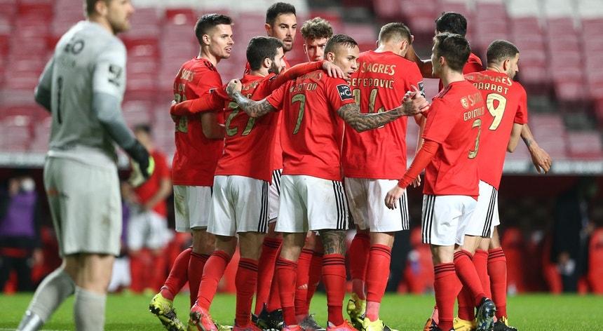 Jogadores do Benfica celebram o golo ao Rio Ave