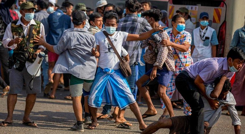 Os manifestantes pró-democracia enfrentaram opositores armados da Junta militar esta quinta-feira, 25 de fevereiro de 2021, em Rangun
