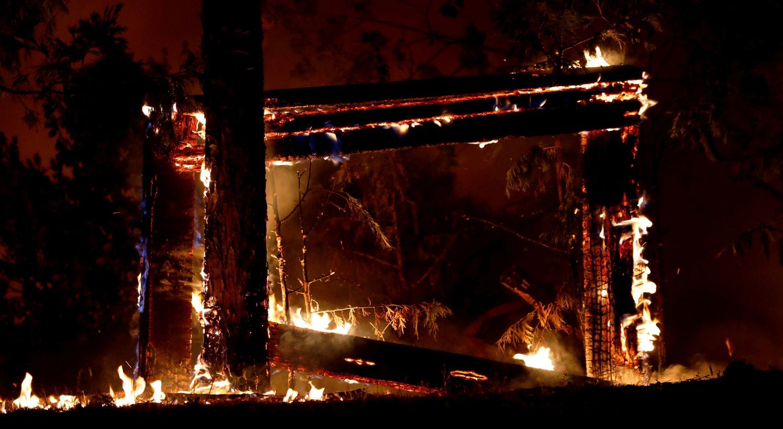 Um sinal envolto em chamas é visto durante o incêndio de Creek Fire em Tollhouse. |Stephen Lam/Reuters