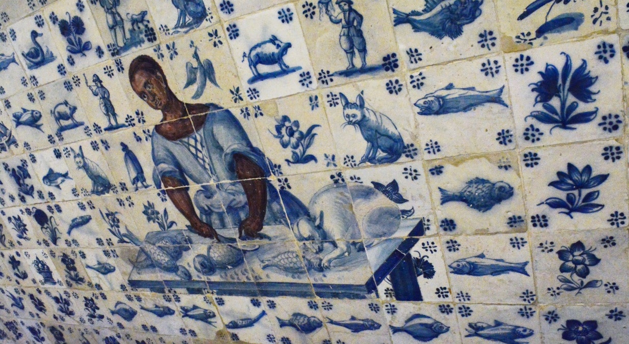 Mulher amanhando o peixe. Autor desconhecido. Painel de azulejos do séc. XVIII