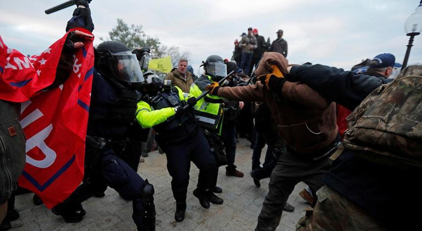Um polícia morreu na sequência do confronto com os manifestantes que invadiram o Capitólio