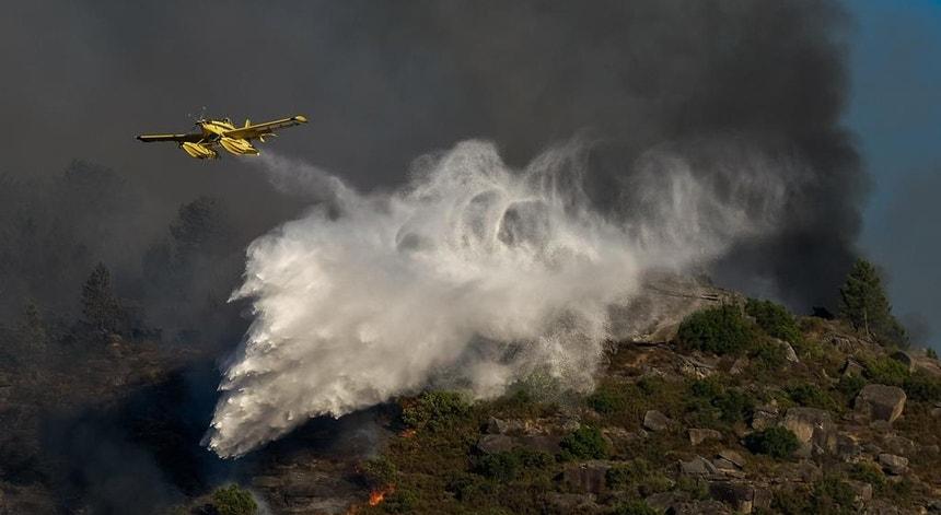 Dia e noite o fogo no Alto Lindoso não dá tréguas aos bombeiros