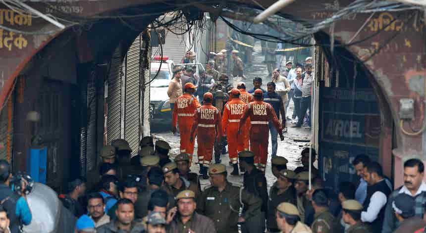 Pelo menos 43 mortos em incêndio numa fábrica de Nova Deli