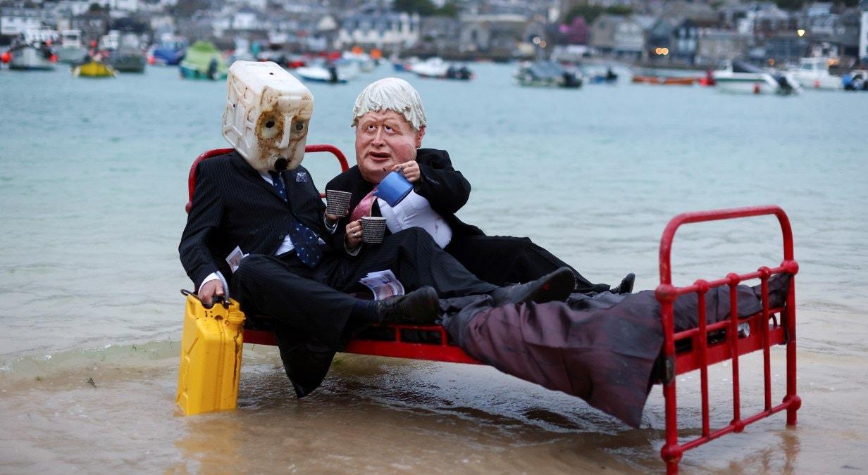 Ativistas do grupo de ação climática Ocean Rebellion manifestam-se no porto de St Ives, antes da Cimeira dos G7, em St Ives | Tom Nicholson - Reuters